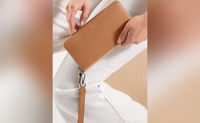 Smartphone wallet a perfect gift for women