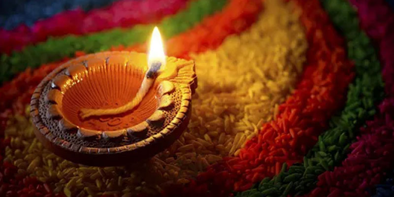 Innovative ideas to decorate Diyas at home