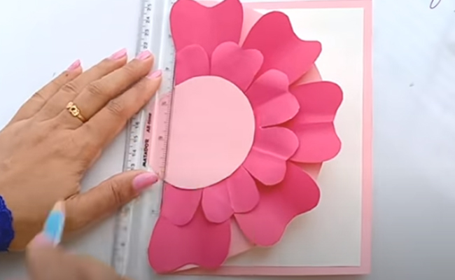 Cut out a circle on paper to make the centre of the flower
